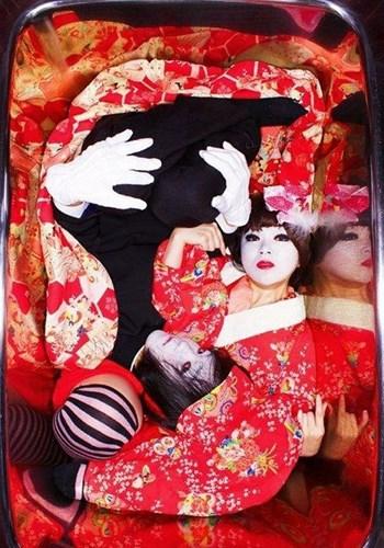 chupanhbath nhatban 10 Nhật Bản: Kỳ dị trào lưu chụp ảnh co quắp trong bồn tắm