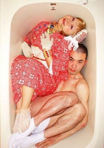 chupanhbath nhatban 3 Nhật Bản: Kỳ dị trào lưu chụp ảnh co quắp trong bồn tắm