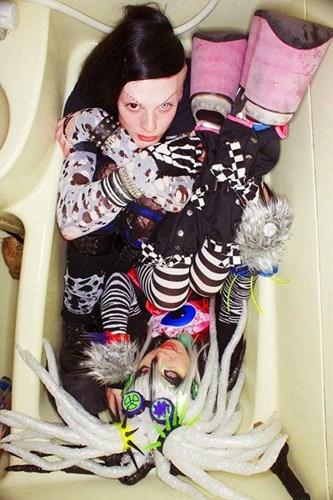 chupanhbath nhatban 6 Nhật Bản: Kỳ dị trào lưu chụp ảnh co quắp trong bồn tắm