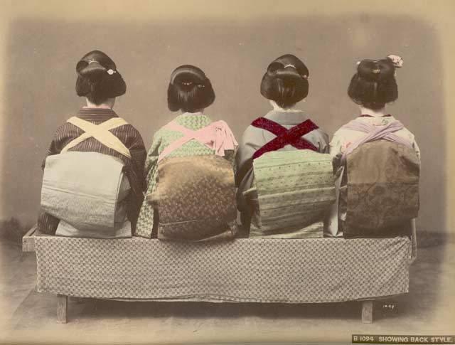 ShowingBackStyleGeishaKimonosandHai [Tổng Hợp]   Những bức ảnh về nước Nhật xưa