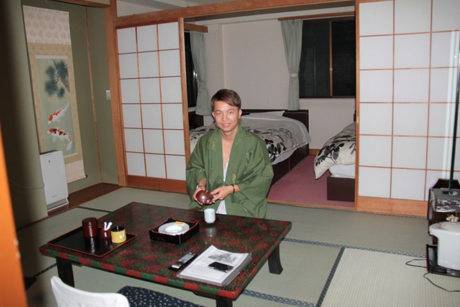 Den Nhat tam suoi nuoc nong va ngu phong Tatami 1 Tắm suối nước nóng và ngủ phòng Tatami ở Nhật