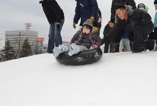 truot tuyet Trò chơi vào mùa đông lạnh giá ở Nhật?